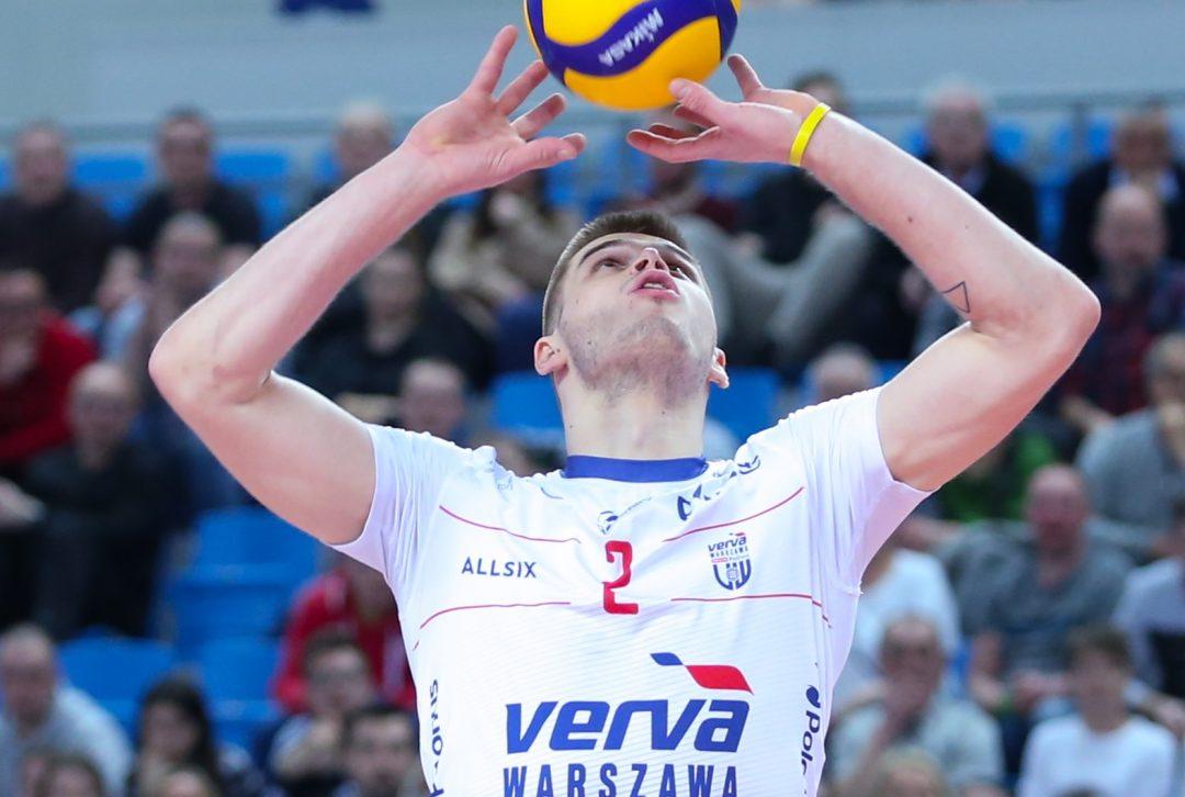 Bartosz Kwolek trenuje na plaży